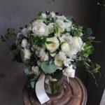 ウェディング 白いバラと小花のクラッチブーケ